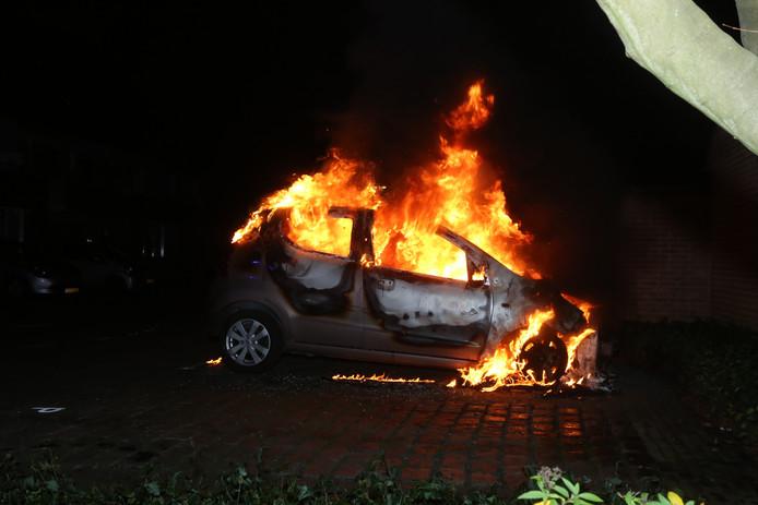Auto brandt volledig uit in Vught