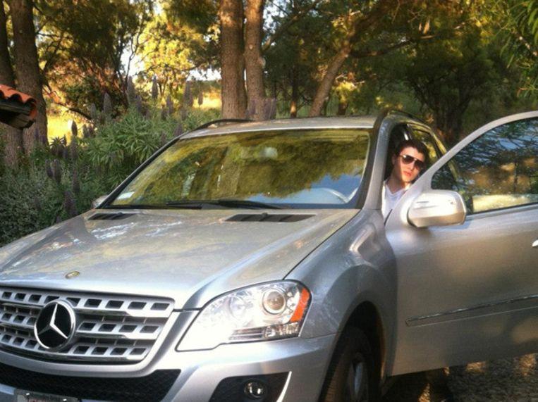Rodger in zijn Mercedes (40.000 euro).