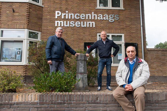Kees van Oosterhout, Ab van Olphen en Frans Langen (vlnr) bij een Mijlpaal voor het Princenhaags Museum. Aan de overkant van de straat staat mijlpaal 35.