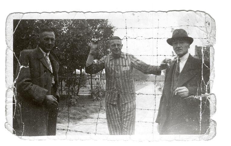 Burgemeester Schoepp van de gemeente Son in gevangeniskledij in Kamp Vught, begin september 1944. Beeld Fotograaf onbekend / particuliere collectie