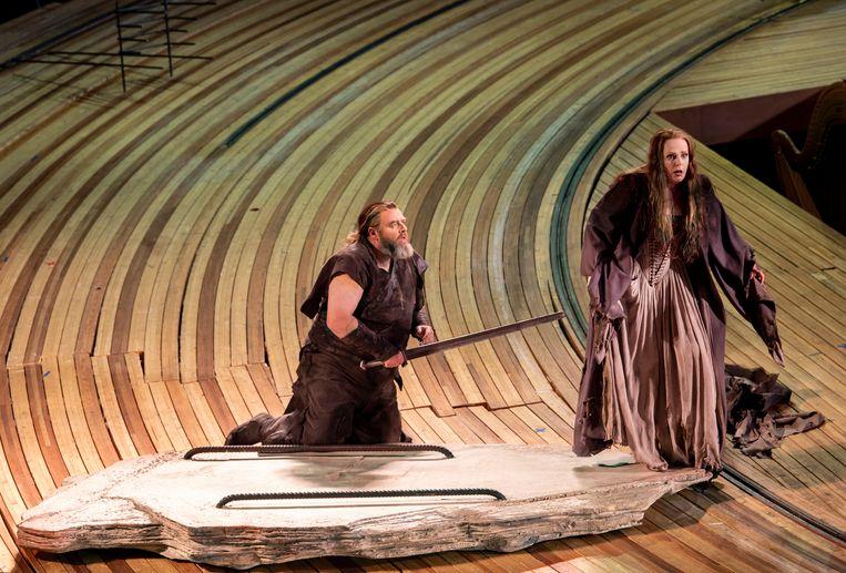 Michael König (Siegmund) en Eva-Maria Westbroek (Sieglinde) in Die Walküre bij De Nationale Opera. Beeld DNO 2019