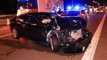 VIDEO. Politieachtervolging eindigt met zware crash op E17: Bestuurder rijdt onderweg ook nog twee agenten aan