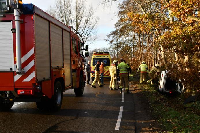 De brandweer kwam ter plaatse voor het ongeluk aan de Roosendaalseweg in Putten.
