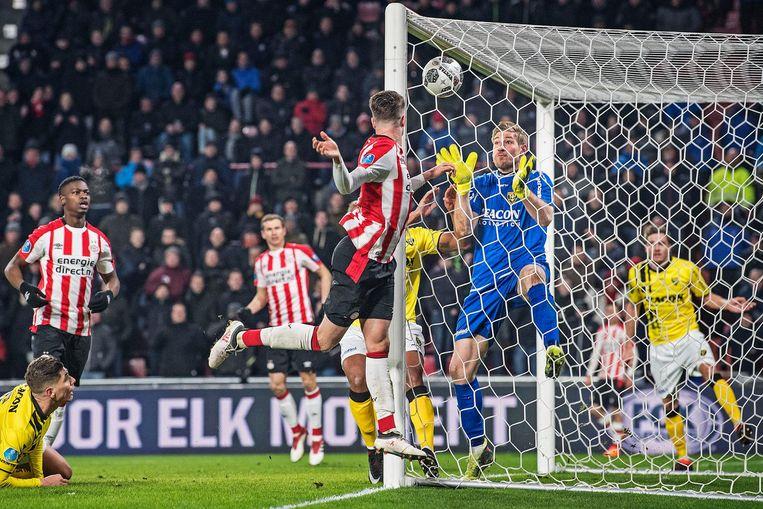 Nederland, Eindhoven, 17-3-2018, PSV-VVV-Venlo - Uitblinker Lars Unnerstall, keeper van VVV, moet machteloos toekijken hoe Marco v. Ginkel van dichtbij de 1-0 binnenkopt. Beeld Guus Dubbelman / de Volkskrant