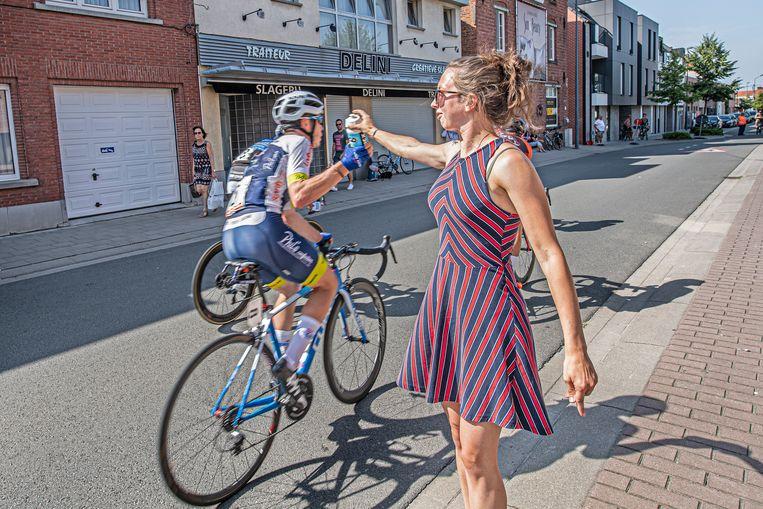 Elena Van Wyndendaele staat klaar om een flesje water aan haar vriend Aurélien Biebuyck te kunnen afgeven.