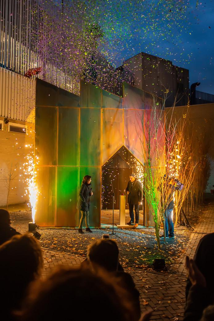 Opening Groenfabriek door wethouder Toine Theunis met vuur en confetti.