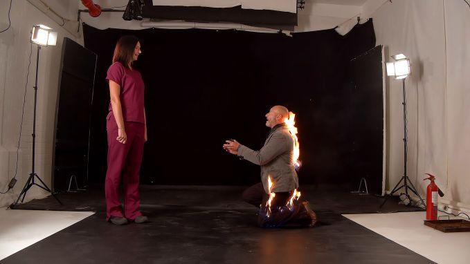 In vuur en vlam: stuntman doet spectaculair aanzoek