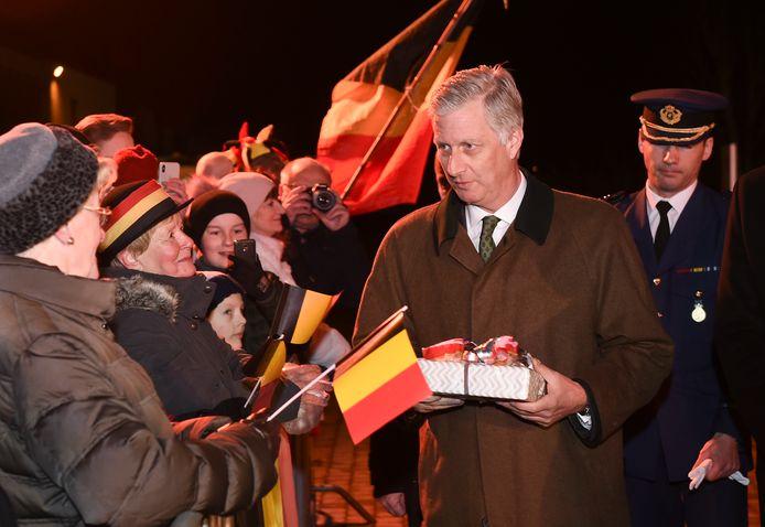 Koning FIlip neemt cadeautjes in ontvangst.