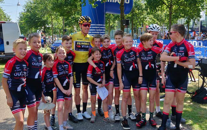 Mike Teunissen tussen jeugdleden van WV Schijndel, tijdens de ZLM-tour.