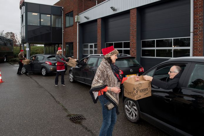 Medewerkers van Krol Reizen krijgen op deze ongebruikelijke wijze hun kerstpakket.