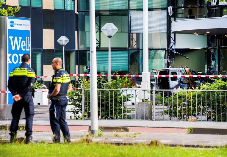 Politie houdt de wacht bij het beschadigde gebouw van De Telegraaf.