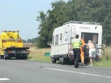 Aanrijding tussen camper en auto op A50 bij Beekbergen; rijstrook dicht
