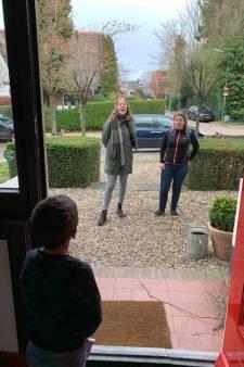 Kleuters  in Soest verbouwereerd en blij: zomaar de juffen even op de stoep
