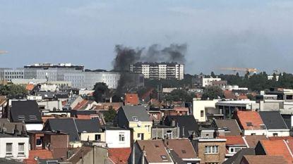 Enorme rookontwikkeling door dakbrand in Antwerpen
