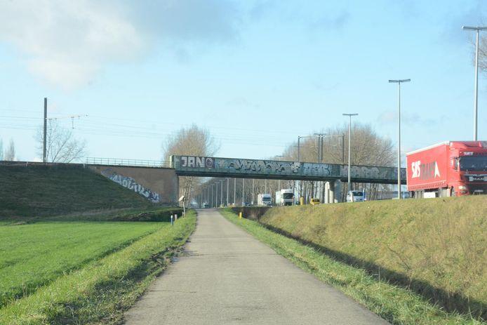 De nieuwe fietsersbrug wordt opgehangen aan de spoorwegbrug over de E34 tussen Melsele en Kallo.