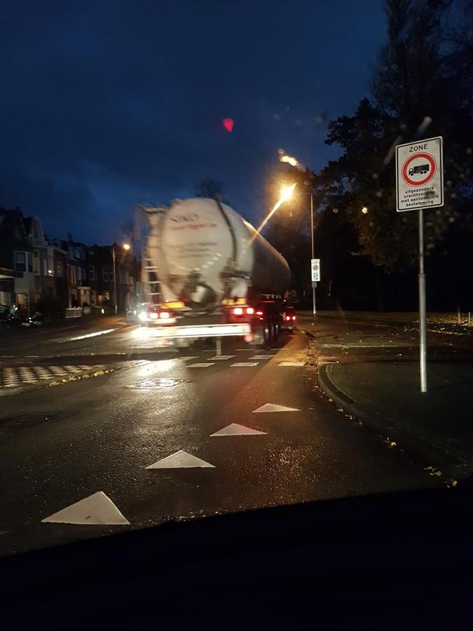 Bredasestraat. Verboden voor vrachtwagens? Dacht het niet vond deze trucker.