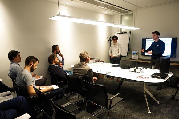 Vandaag verdedigen 150 masterstudenten Industrieel ingenieur hun masterproef op de Corda Campus. In de jury zetelen allemaal bedrijfsleiders. Een goede masterproefverdediging heeft dus zelden zoveel kans geboden op een jobaanbieding. Pieter Polmans (wit hemd), Chiel Dommange (zwart hemd).