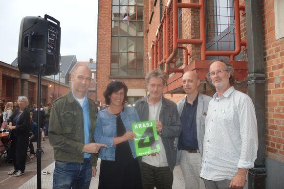 Kunstenaars Reinhard Doubrawa, Johan De Wilde en Ninovieter Rik De Boe, die Krasj samenstelden, met cultuurschepen Veerle Cosyns en cultuurcoördinator Ben Schokkaert (uiterst rechts op de foto) aan het RTT-gebouw.