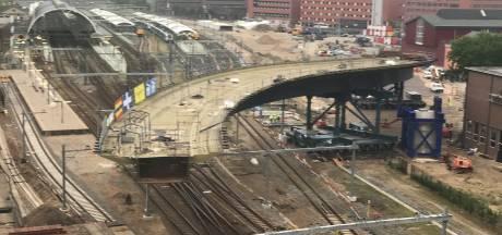 Busbrug schuift beetje voor beetje over spoor in Zwolle