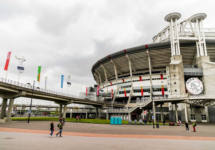 Een groepje fans bij aankomst van de spelersbus van Ajax bij de Johan Cruijff Arena.