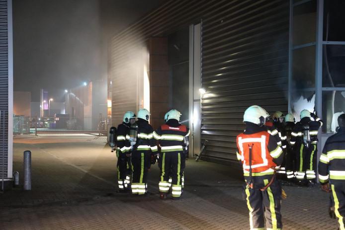 Brandweer bij de tapijtwinkel in Oss.