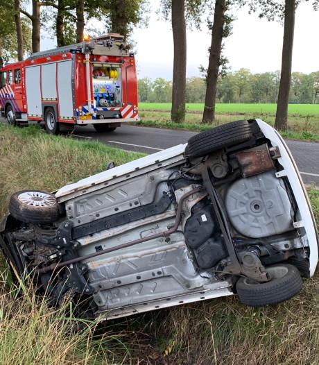Auto belandt op zijn kant in sloot in Heeswijk-Dinther, bestuurster (20) onder invloed