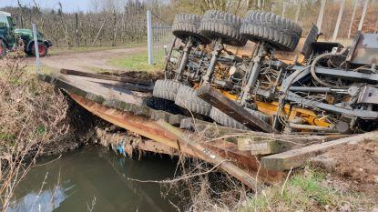 Tractor te zwaar voor houten brugje: mest komt in Melsterbeek terecht