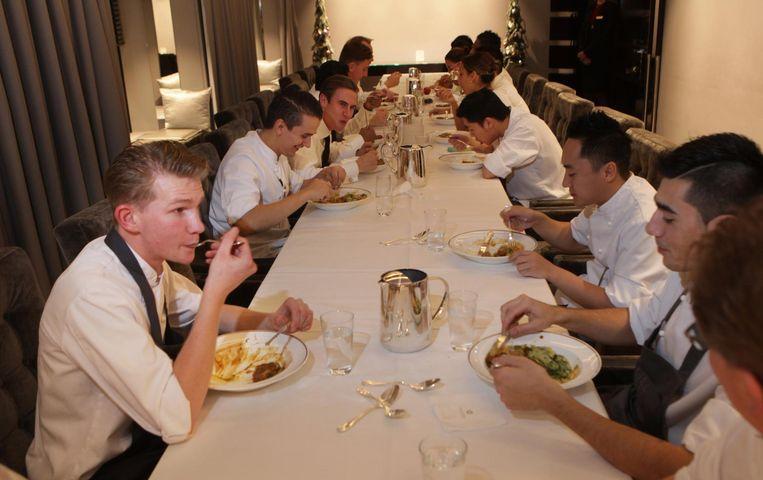 Personeel van Ciel Bleu eet voor opening van het restaurant Beeld Jan Dirk van der Burg