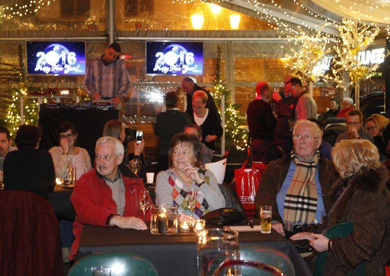 Bezoekers drinken een glas in de Skibar tijdens de nieuwjaarsdrink.