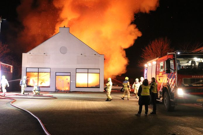 Een brand heeft afgelopen nacht een pand in Scherpenzeel verwoest.