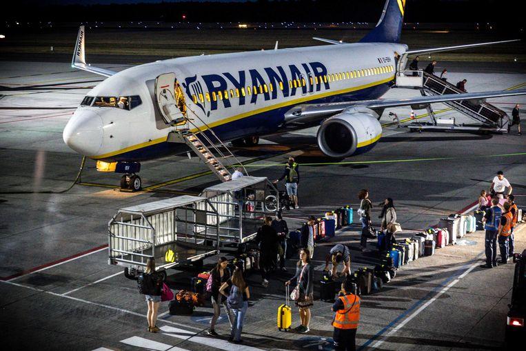 Passagiers mogen een vliegtuig verlaten op Eindhoven Airport nadat een ander vliegtuig van Ryanair is ontruimd na de vondst van een dreigbrief.