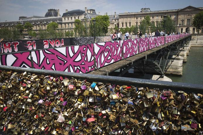 Graffiti Vervangt Slotjes Op Parijse Pont Des Arts