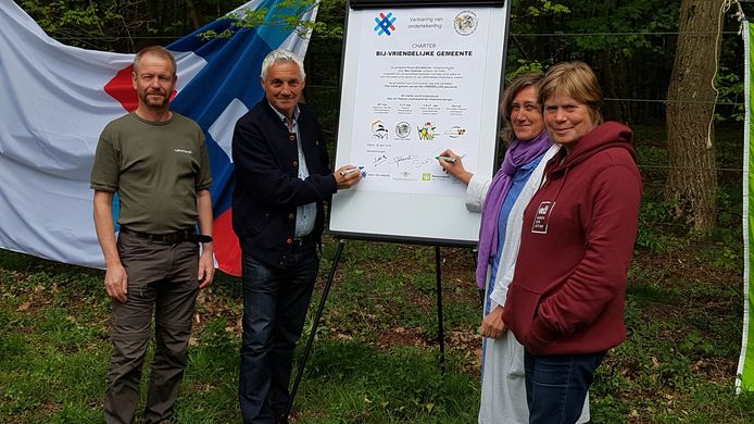 Het startschot van de 'Actie voor bijen Klein-Brabant' werd gegeven met de ondertekening van het charter van bij-vriendelijke gemeente.