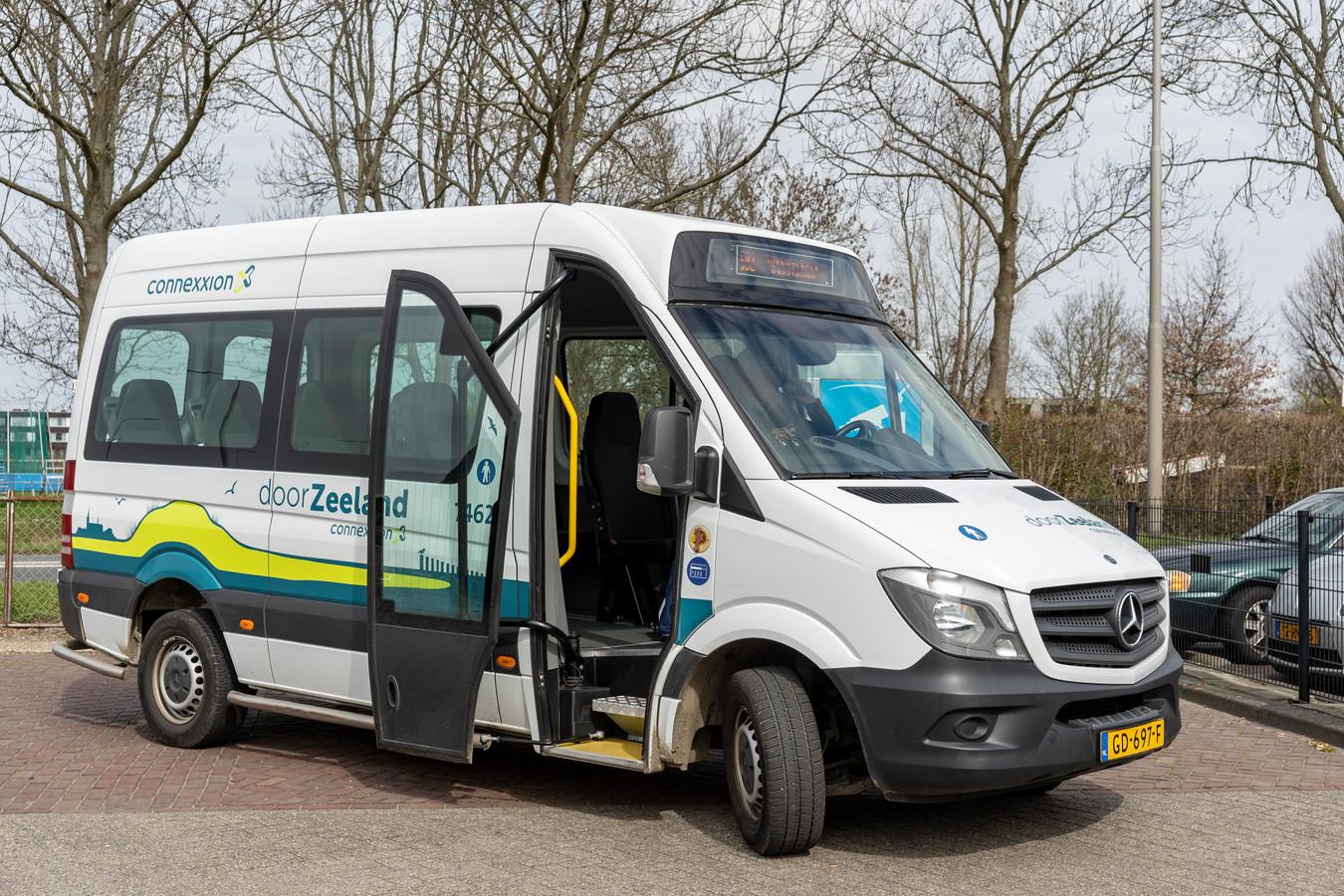 Zeeuwse buurtbus blijft voorlopig nog op stal, provincie biedt abonnementshouders sinds deze week een gratis haltetaxi-service aan ter compensatie.