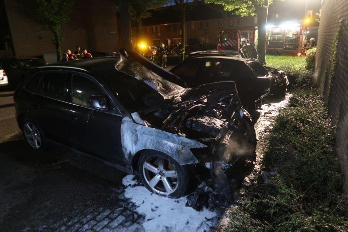 Drie auto's verwoest na brand in Rijen.