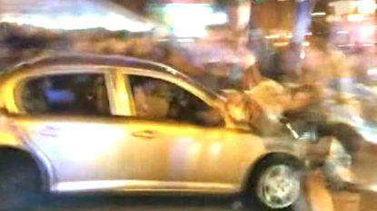Man rijdt in op massa in uitgaansbuurt