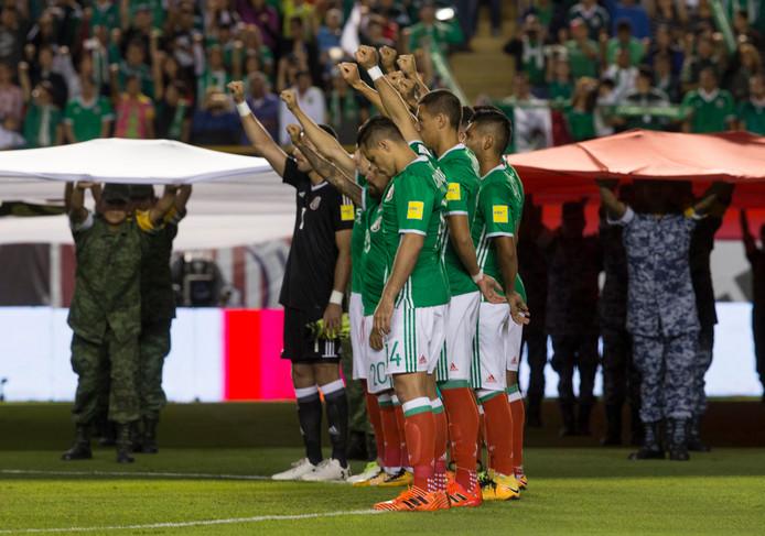 De spelers van Mexico eren de slachtoffers van de aardbeving op 19 september.