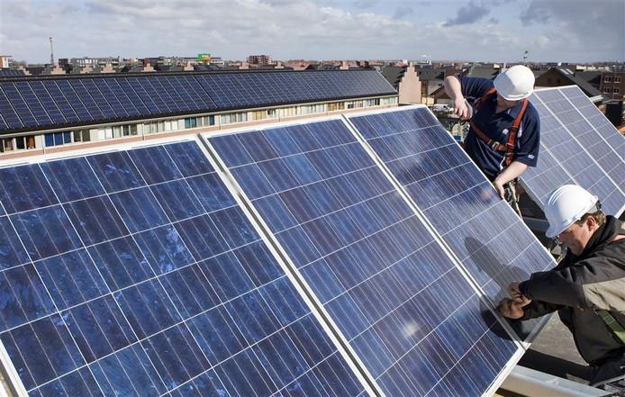 Aanleg van zonnepanelen op een dak.