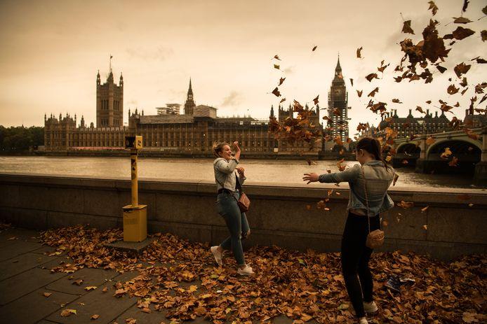 Een okerkleurig Londen, gekleurd door orkaan Ophelia.