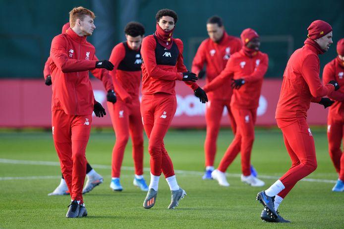 Sepp van den Berg (links) en Ki-Jana Hoever (midden) tijdens een training van Liverpool.