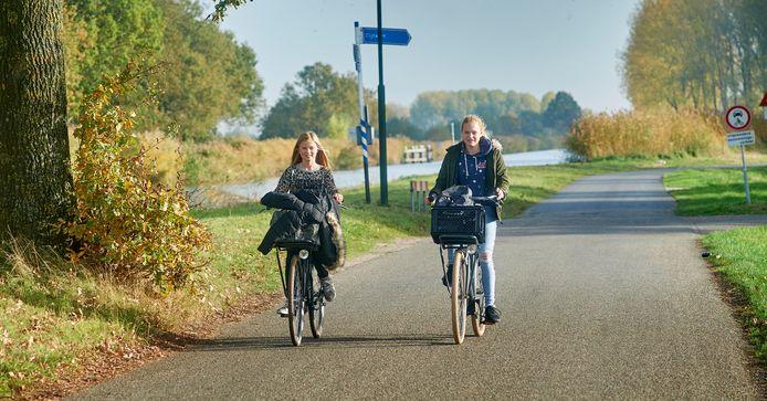 De parallelweg langs het kanaal bij Zijtaart wordt veel gebruikt door scholieren uit Zijtaart die naar Veghel moeten. Ter hoogte van deze weg is ook een nieuwe verbindingsweg van de N279 richting de bedrijventerreinen gepland. De vijf mogelijke tracés hebben voorgelegen voor inspraak. De dorpsraad pleit voor een fietsbrug, zodat de fietsers veilig naar Veghel kunnen.