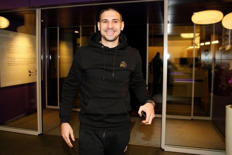 Mitrovic kwam met een glimlach op het gezicht aan op Neerpede.