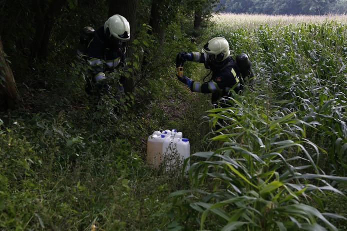 De brandweer merkte dat een deel van de vloeistoffen uit de drugsvaten was gelekt.