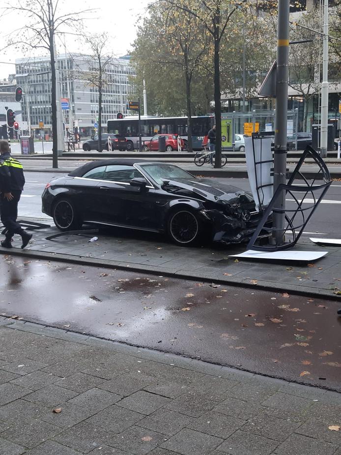 De auto ramde een driehoeksbord met daarop reclame voor een concert van René Froger.