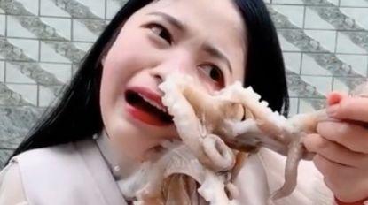 Vlogster wil octopus opeten, maar die keert zich tegen haar