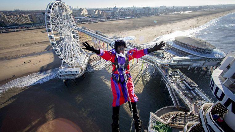 Zwarte Piet gaat bungeejumpen bij de Pier van Scheveningen. Beeld epa