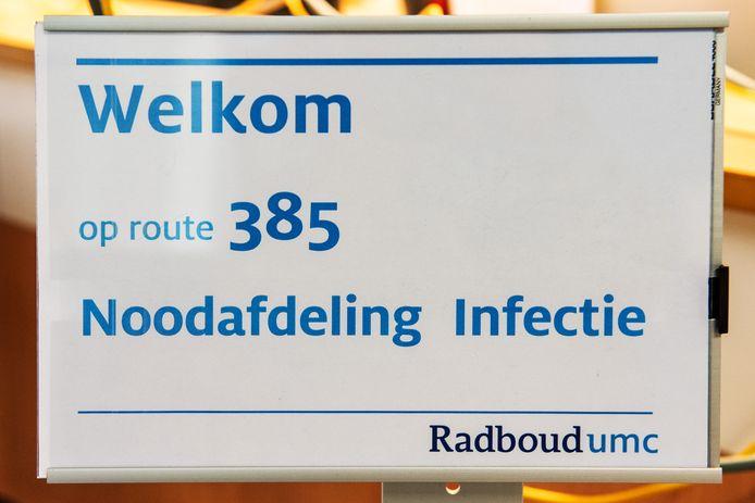 Een verwijsbord naar de corona-afdeling in het Radboud UMC in Nijmegen.