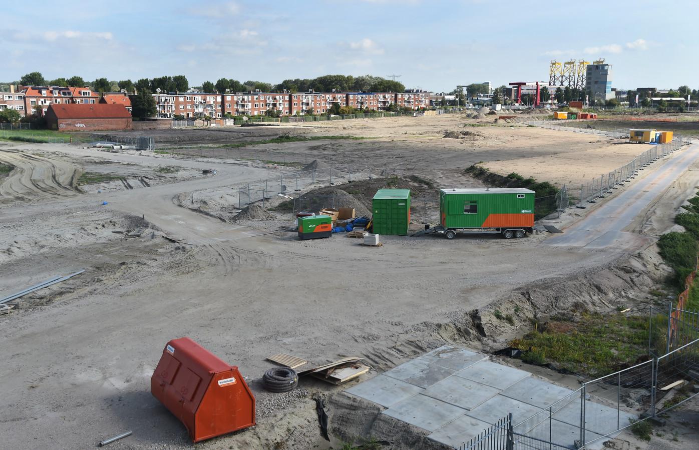 Het terrein van de Scheldewijk dat bouwrijp wordt gemaakt. De radio-actieve slak werd bij de flats aan de Paul Krugerstraat (op de achtergrond) gevonden.