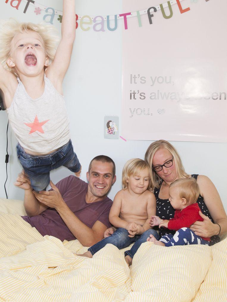 Samuel (6), Adrian, Abel (3), Willeke en Jona (6 maanden) Beeld Adriaan van der Ploeg