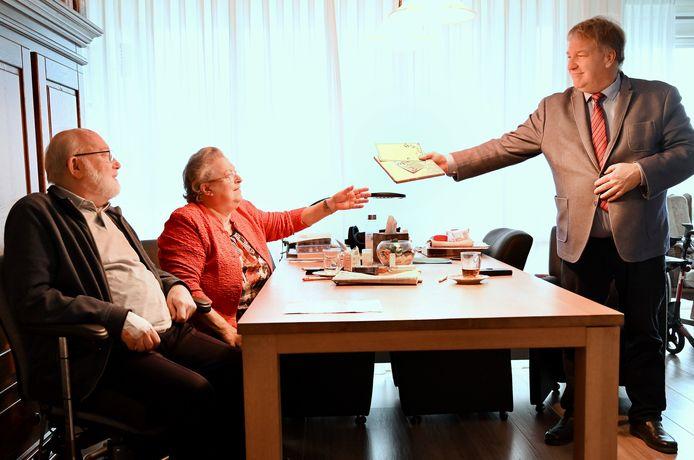 Wethouder Adrie Bragt van Zaltbommel ging met een cadeautje langs bij Tiny en Tonia van de Wetering.